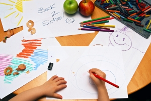 girl-drawing-back-to-school-1239803-m